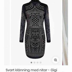 Svart klänning från Dennis Maglic. Storlek S Använd endast en gång. Sälj pga för liten storlek Originalpris - 899