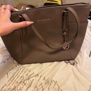 Väska som är ganska använd. Har lite små fläckar in i väskans innefack. Originalpris 3600.