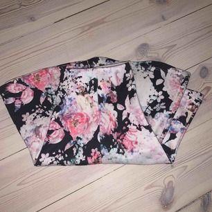 Fin kjol ifrån fina tricot i storlek xs! Blommig och somrig!
