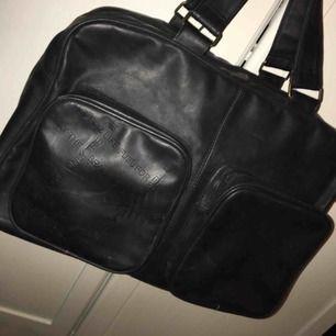 Behändig och rymlig väska från Diesel. Inte mycket använd.