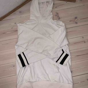 """Superfin """"J Lindeberg"""" hoodie! Vit med svarta ränder på ärmarna! Med fickor och snöre! Ganska oversized."""