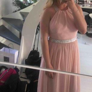 Balklänning från bubbleroom, köpt för 1000kr, klänningen är uppsydd så den är exakt ner till marken för mig och jag är 168 lång (jag hade platta skor) endast använd en kväll