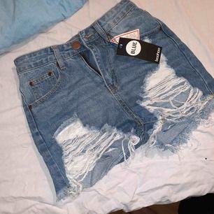 Shorts med slitningar