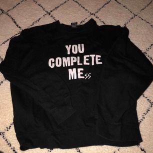 ✨💕Detta är en svart college tröja i storlek M men passar som S✨💕  Frakt tillkommer💥