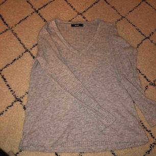✨grå räfflad långärmad tröja ifrån BikBok✨