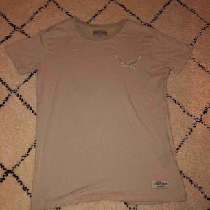 💞En helt vanlig t-shirt i färgen beige och kommer ifrån lager 157 (knappast använd)💞