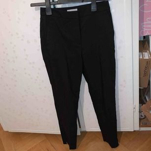 Svarta slacks från H&M med liten slits längst ner på båda benen. Stora i storleken