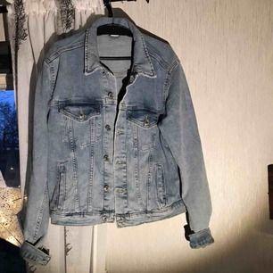 Jeans jacka Väldigt liten i storleken  Använd 1 gång