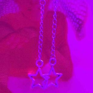 Skit snygga stjärnörhängen med kedja!!⭐️⛓