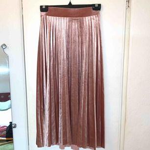 Plisserad kjol från Gina tricot i storlek XS, aldrig använd.