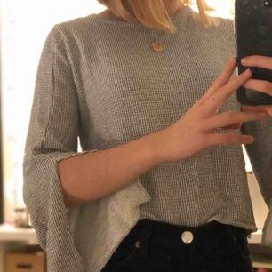 Herregud vad jag älskar denna tröjan men använder den tyvärr nästan aldrig🥺 Så härligt tyg! Om du ha några frågor angående så bara skriv💞 60kr + frakt