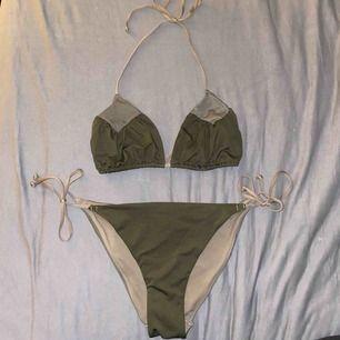Bikini, använd en gång! Knytning på topp samt på sidorna av nederdelen. Skrymmad rumpa, ingen vaddering i toppen! Storlek 40 på överdel och 36 på underdel. Frakt ingår