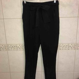Svarta kostymbyxor med knyt och gylf från Atmosphere