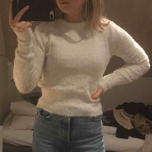 Vit, fluffig tröja från Zara. Den är använd bara ett fåtal gånger med varken hål eller fläckar. Supermjuk och jättemysig att ha på sig! Kan träffas i Göteborgsområdet eller  skicka med frakt 50kr