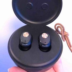Sudio nivå trådlösa hörlurar, sitter jättebekvämt i öronen och har otroligt bra ljud. Använda ett fåtal gånger men har nya nu. Originalpriset ligger på 1069kr. Frakt ingår 🦋🦋💖💕✨