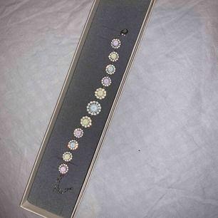 Oanvänt armband från Lily and rose. Armbandet har olika pastellfärger och nypris ligger på 995kr