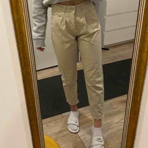 Snygga byxor från Gina Tricot! Nypris 550kr. Använda fåtal gånger och är i riktigt bra skick! Frakt ingår ej, möts upp i stockholm!