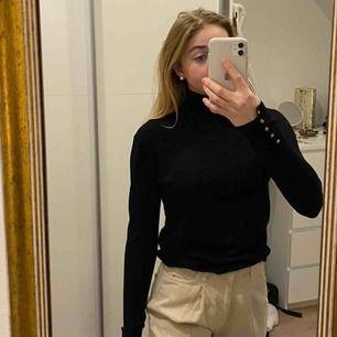 Jättefin höghalsad tröja från zara! Använd ett fåtal gånger och är i väldigt bra skick! Frakt ingår ej, möts upp i stockholm!😇