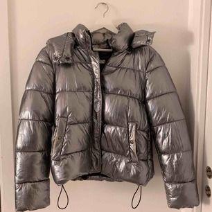 Super cool jacka från Zara  Använt fåtal gånger, luvan går att ta av  Köparen står för frakt