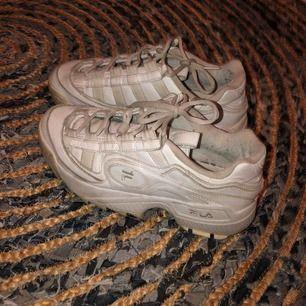 Säljer ett par fila skor i storlek 39 som är inköpta för 950kr. Säljer eftersom jag inte använder dem längre☺️💓