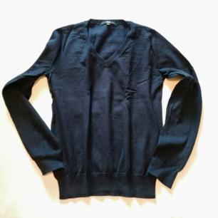 Superfin mörkblå tröja i fint skick från Uniqlo! Bomull/kashmir mix! Storlek M, men passar även S. Rök och djurfritt hem. Mötas upp i Stockholm.