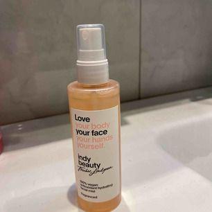 Hej finisar!💖 här har vi fått in Indy beautys ansikts spray, för att återfukta torr hud, självklart oöppnad som allt hos oss är🤗 Om du har önskemål på olika produkter så skriv så fixar vi det:)