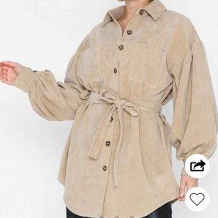 Jättefin skjorta från Nelly i nyskick, säljer då den inte är min stil 🥰