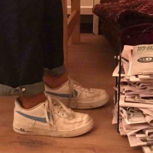 Säljer mina kära blåa Nike skor då jag efter en del användning insett att det var fel storlek för mig... Lite slitna men fortfarande otroligt snygga!! Frakt tillkommer, möts annars gärna upp i Uppsala!❤️❤️