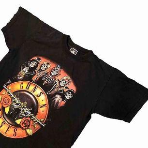 Säljer denna tvärfeta vintage Guns N' Roses T-shortsen. Tröjan är i perfekt vintage kondition