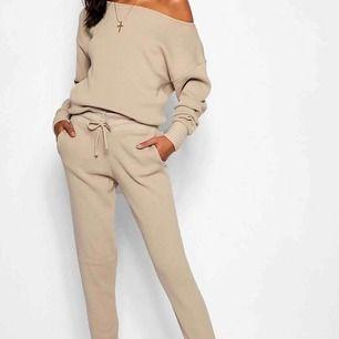 Stickad mysset i vit! Säljer både tröjan och byxorna som ett set. Aldrig använt ⭐️ Köparen står för frakten