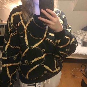 En jätte skön tröja från pull&bear, sparsamt använd och sjukt snygg! Storlek L men sitter mer som en oversize S/M. Ställ gärna frågor!