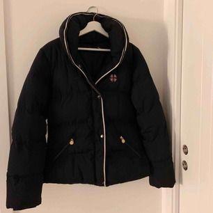 Mörkblå jacka!  Kan användas som vanlig jacka men är köpt på hööks som ridjacka/stalljacka