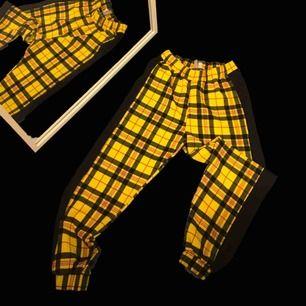 Häftiga gula rutiga byxor köpta från Asos, endast använda en enstaka gång; för stora därför säljer jag  -Storlek EU34✨