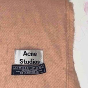 acne ylle halsduk i laxrosa, vet inte om den är äkta då den är köpt här på plick. lite nopprig. kan gå ner i pris. pm för mer info!