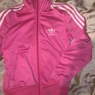 Rosa adidas tröja instiftelse 36, använd, men i fint skick. Passar en xs och s.