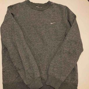 Fin tröja från Nike som inte länge kommer till användning. Storlek M