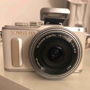 Olympus PEN E-PL8 Snygg systemkamera, går även att filma videos i  super kvalite! Toutchdisplay och Nedfäll display! inbygg Wi-Fi ladda upp bilderna på mobilen från kameran enkelt och snabbt💞Laddare och batteri ingår Objektiv 14-42mn