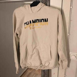 Vit hoodie med champion tryck. Aldrig använd