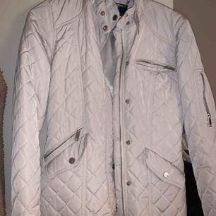 Super fin beige höst jacka från Stockholm LM. Använd va 5ggr och passar xs-m beroende på hur man vill att den ska sitta. Köpt för 1800, pris kan diskuteras! Kan frakta :)