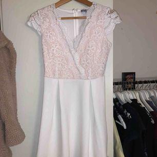 Vit student klänning från bubbelroom. Använd 1 gång. Kan diskutera pris & kan frakta.