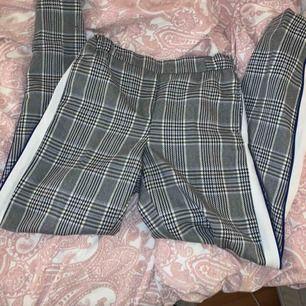 Rutiga kostymbyxor köpta i Riga. Använda 2ggr. Köpta för 499kr & sitter super snyggt! Kan fraktas :)