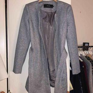 Grå kappa från vero Moda. Aldrig använd & köpt för 600kr. Kan diskutera pris & kan frakta :)