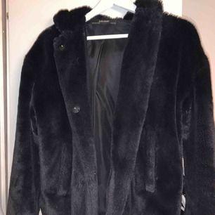Pälsjacka med luva från zara. Använd ca 5ggr. Köpt för 600 men kan diskutera pris. Kan frakta! :)
