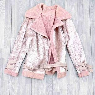 NY superfin rosa jacka i velvet storlek S/M.  Möts upp i Stockholm eller fraktar. Frakt kostar 63kr extra, postar med videobevis/bildbevis. Jag garanterar en snabb pålitlig affär!✨