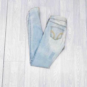 """Ljusblå lågmidjade jeans från Hollister storlek W25/L33 i fint skick. Har en """"fläck"""" bak, har alltid varit så och inget som jag märkt av.  Möts upp i Stockholm eller fraktar. Frakt kostar 59kr extra, postar med videobevis/bildbevis."""