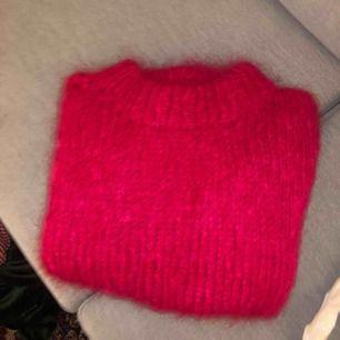 Stickad tröja i en väldigt cool rosa färg (lyckas inte fånga den på bild). Står inte vilket märke det eller eller vilken storlek. Jag köpte den på humana och skulle gissa att den är i storlek s eller m. Fint skick!