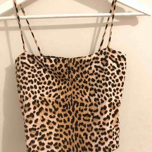 Gulligt linne i leopardmönster från Gina 💓 perfekt på sommaren men är också så fin att ha ovanpå en polotröja! Endast använd ett par gånger  (pris + frakt)