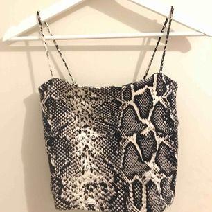 superfint helt nytt linne i ormmönster! Perfekt till varmare dagar eller även över en polotröja. Säljer även likadan i andra färger :)