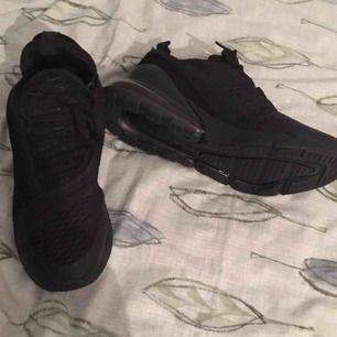 Dem är aldrig använda då jag fick dem som gåva men dem är i för liten storlek har värken kvitto eller skokartongen.