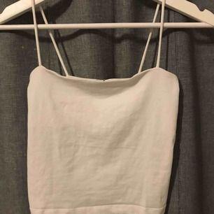Fint vitt linne från Gina Tricot! Perfekt till sommaren eller över en annan tröja! Säljer även likadan i andra färger 💓 (pris + frakt)